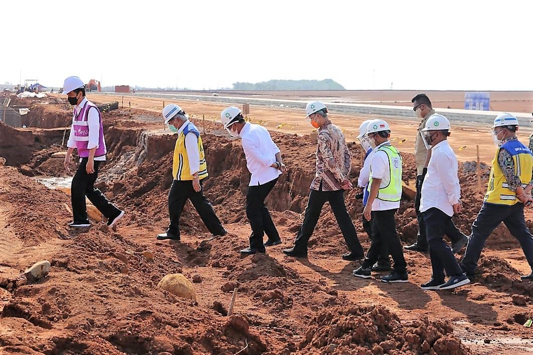 Presiden Jokowi didampingi Menteri PUPR Basuki Hadimuljono tinjau Kawasan Industri Terpadu Batang
