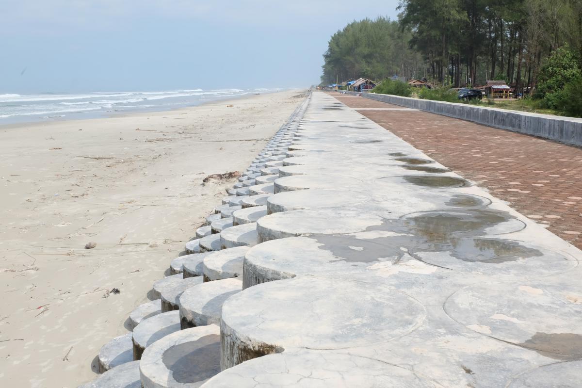 Bangun Pengaman Pantai Untuk Selamatkan Warga dan Naikkan Pariwisata