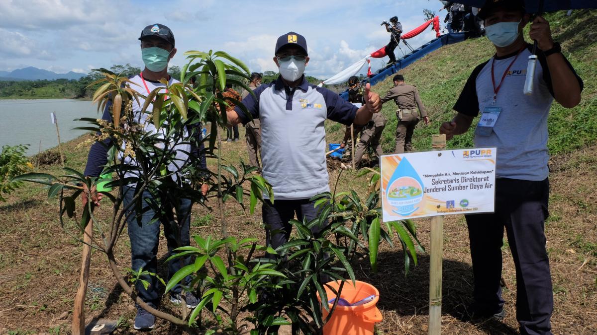 Sesditjen SDA Charisal Akdian Manu tanam pohon di Bendungan Sindangheula