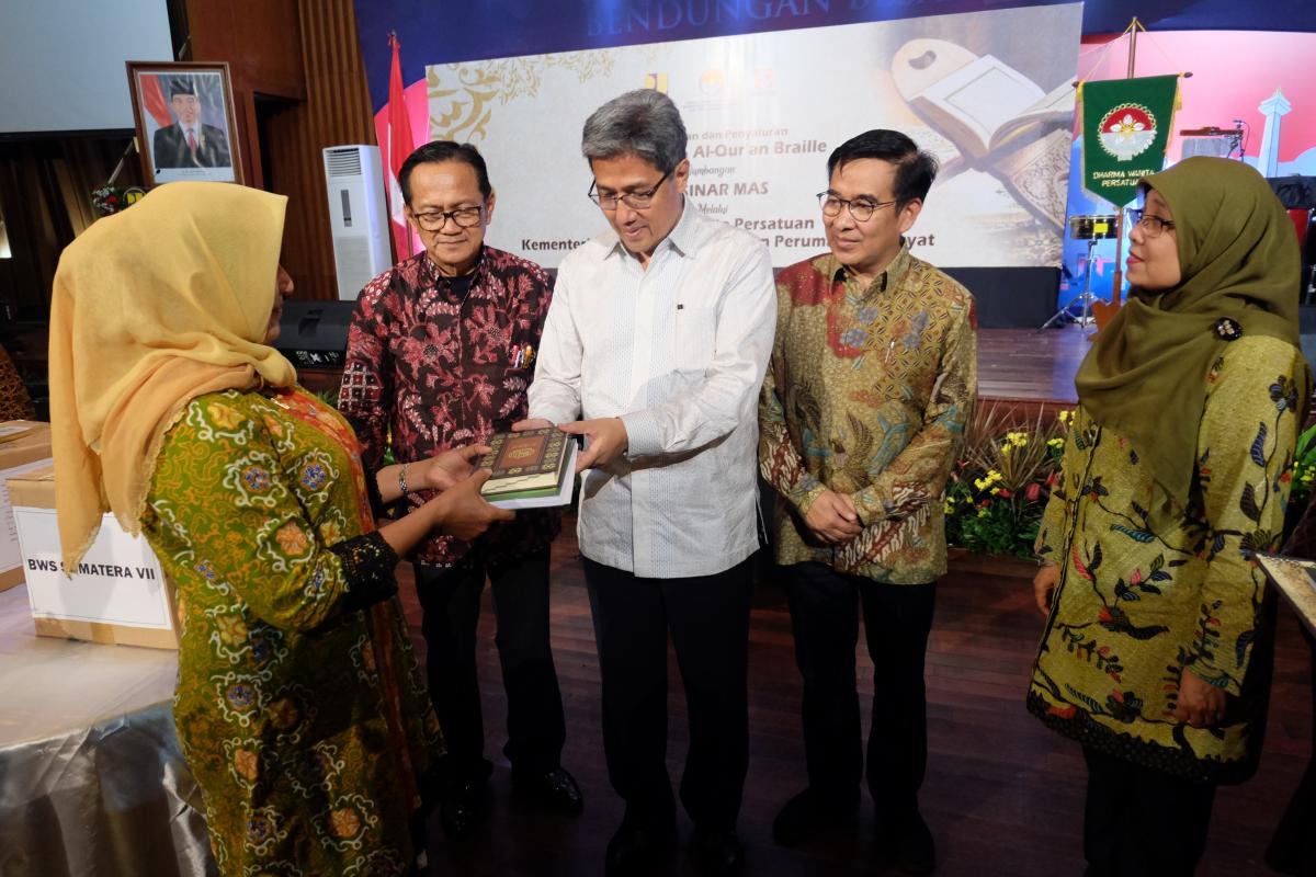 DWP Kementerian PUPR dan Sinar Mas Salurkan 1000 Al Quran Regular dan 35 Paket Al Quran Braille