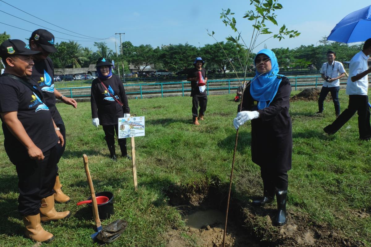 Penanaman Pohon Dharma Wanita Persatuan Kementerian PUPR Tanam Pohon di Bendung Pamarayan Baru, Serang, Banten