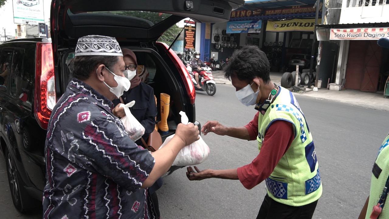 BBWS Bengawan Solo Bagikan 150 Paket Sembako dan Daging Kurban Kepada Masyarakat