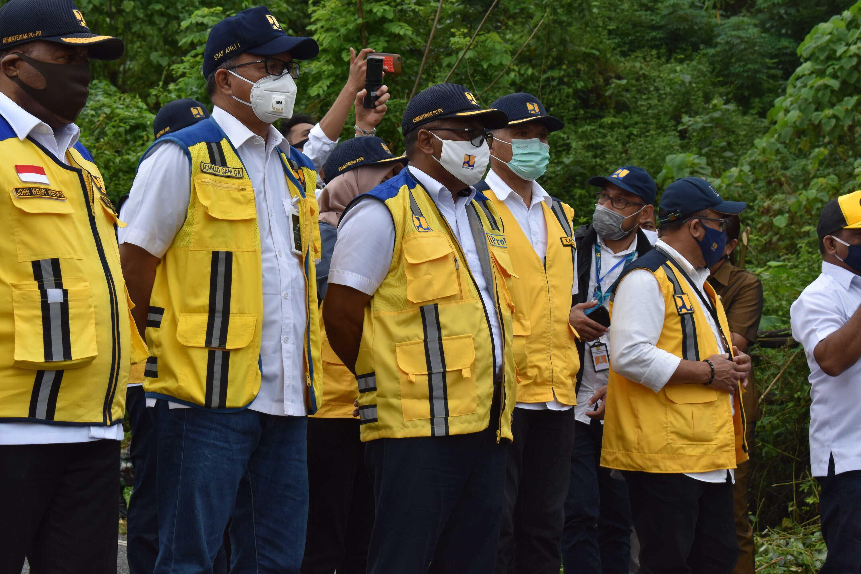 Kunjungan Wakil Menteri PUPR Meninjau Lokasi Ambruknya Jembatan Waikaka