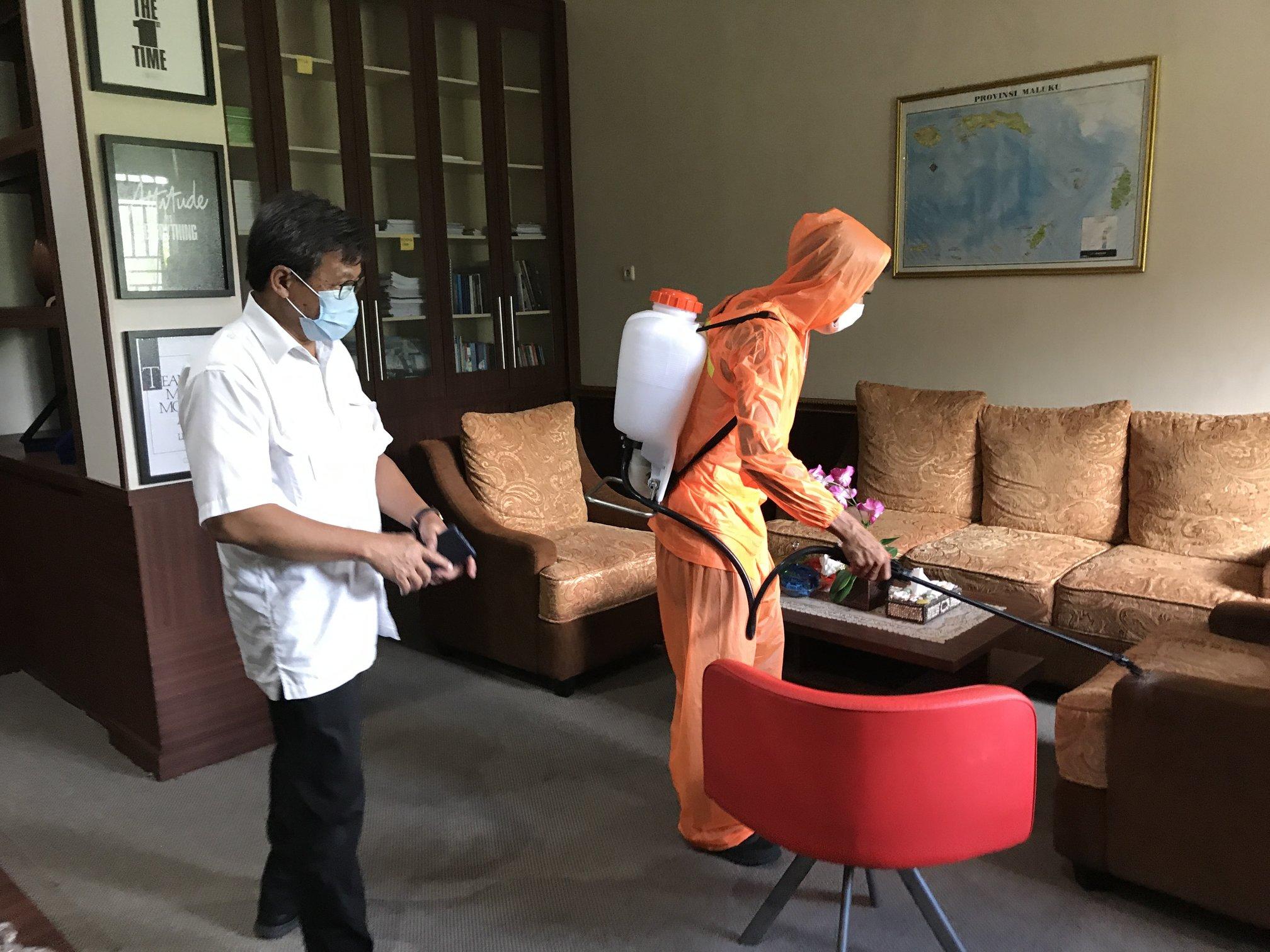 Penyemprotan Disinfektan di Kantor Balai Wilayah Sungai Maluku untuk Mencegah Penyebaran Covid-19
