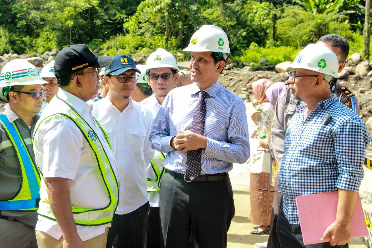 Masih Dalam Suasana Lebaran Menteri PAN-RB Sempatkan Tinjau Proyek BWS Sumatera V