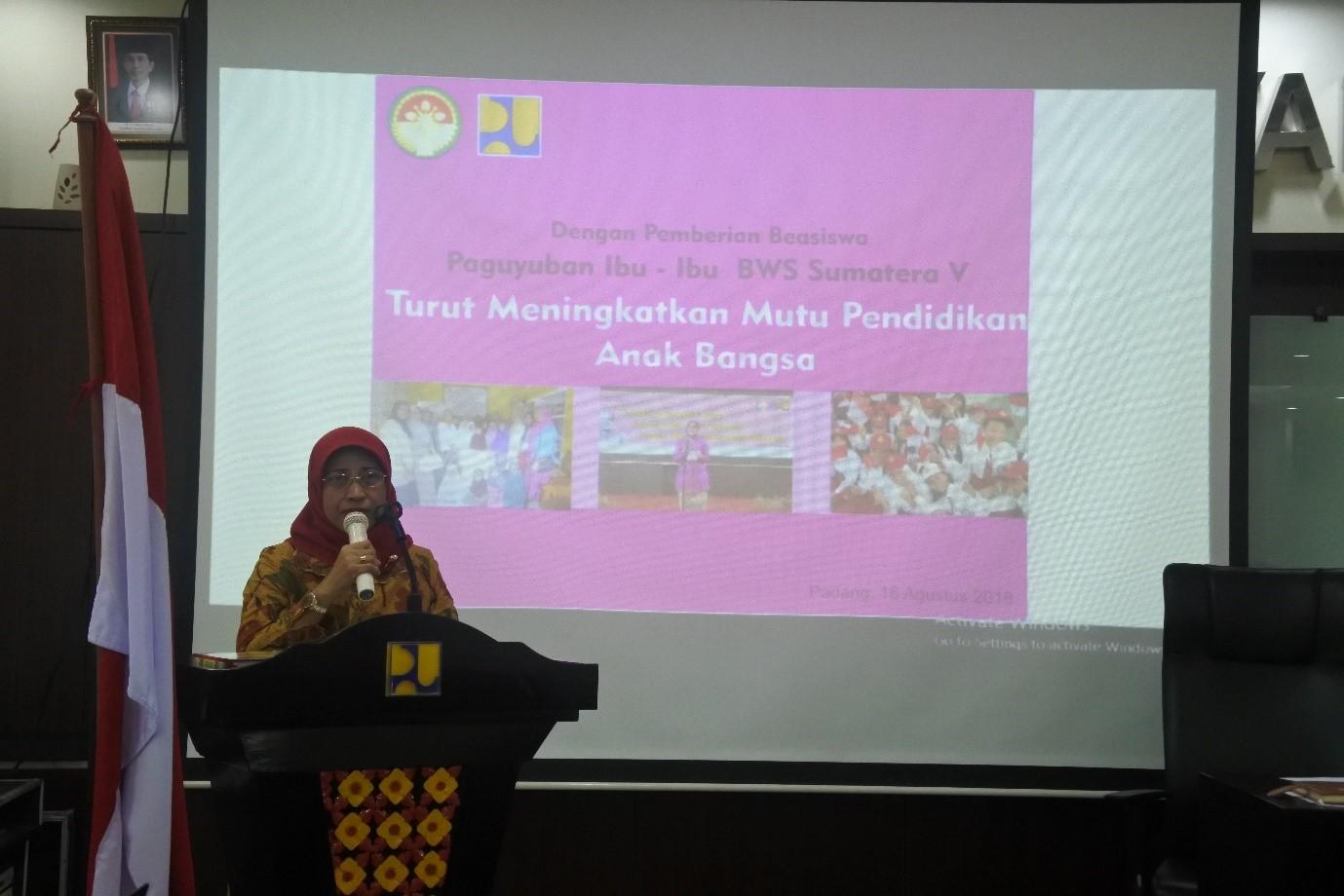 Paguyuban Ibu – Ibu BWS Sumatera V Turut Meningkatkan Mutu Pendidikan Anak Bangsa melalui Penyerahan Beasiswa