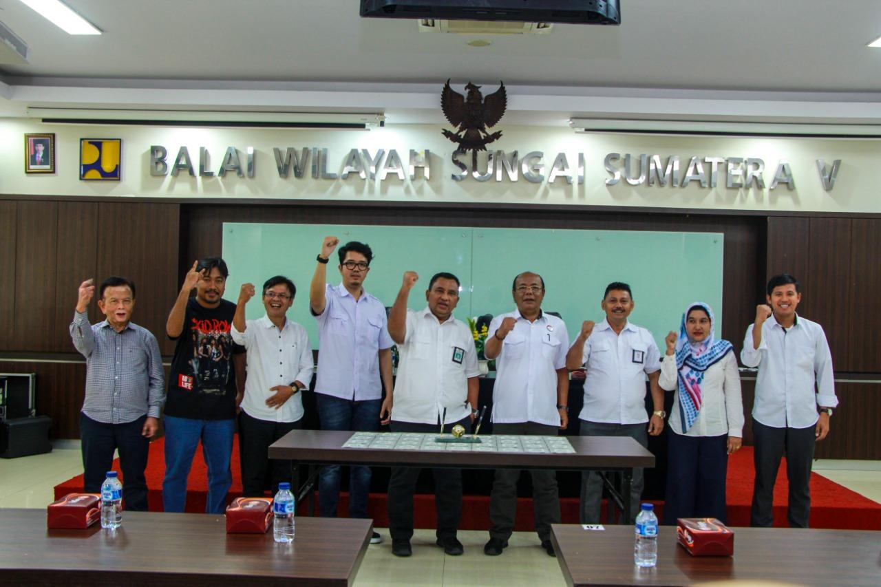 Penandatanganan Kontrak 5 Paket Pekerjaan di SNVT PJPA WS Batang Hari. Ka Balai : Bendung Batang Hari Harus Bisa Dijadikan Destinasi Wisata